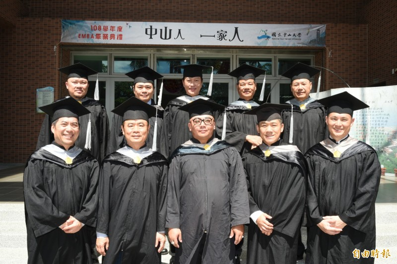 中山大學第20屆EMBA畢業班10位企業家,出書當作畢業獻禮 。(記者張忠義攝)