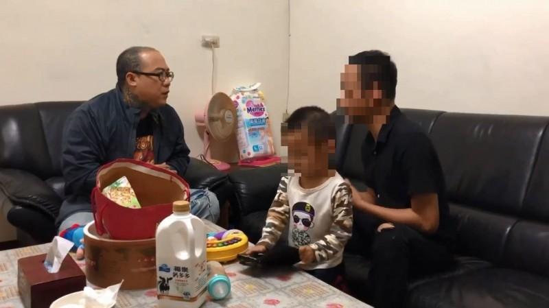 網友爆料,陳在斌先前曾替小腦萎縮患者募款,卻疑似中飽私囊,當事人找上「鋼鐵爸」阮橋本投訴。(擷取自臉書)