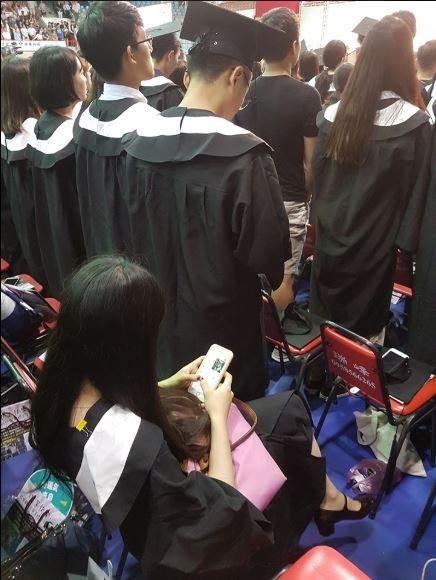 今日有不少大學舉行畢業典禮,網路紅人「A濫」林雅強今早PO出一張照片說明,剛剛畢典唱國歌時,發現前面一名中國學生坐著沒起立,笑稱:「比我們的退將有意識多了!」(圖擷取自林雅強臉書)