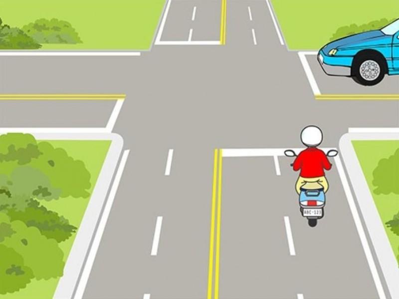 魔王考題!騎士應如何行駛較安全?1.機車行至路口時應減速接近,並小心通過路口。2.機車行至路口時應先停在交岔路口前,等汽車通過後再繼續通行。3.不需理會右側來車,只需按鳴喇叭加速通過即可。正確答案是1,有51%考生答錯。(公路總局提供)