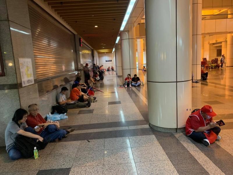 有病患家屬在臉書開砲,韓粉們不去凱道遊行卻擠進台大醫院,讓他們非常不方便。(圖擷取自臉書社團「韓國瑜市長罷免連線」)
