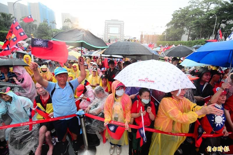 高雄市長韓國瑜支持者,今下午在台北市凱達格蘭大道舉辦造勢大會。(記者王藝菘攝)