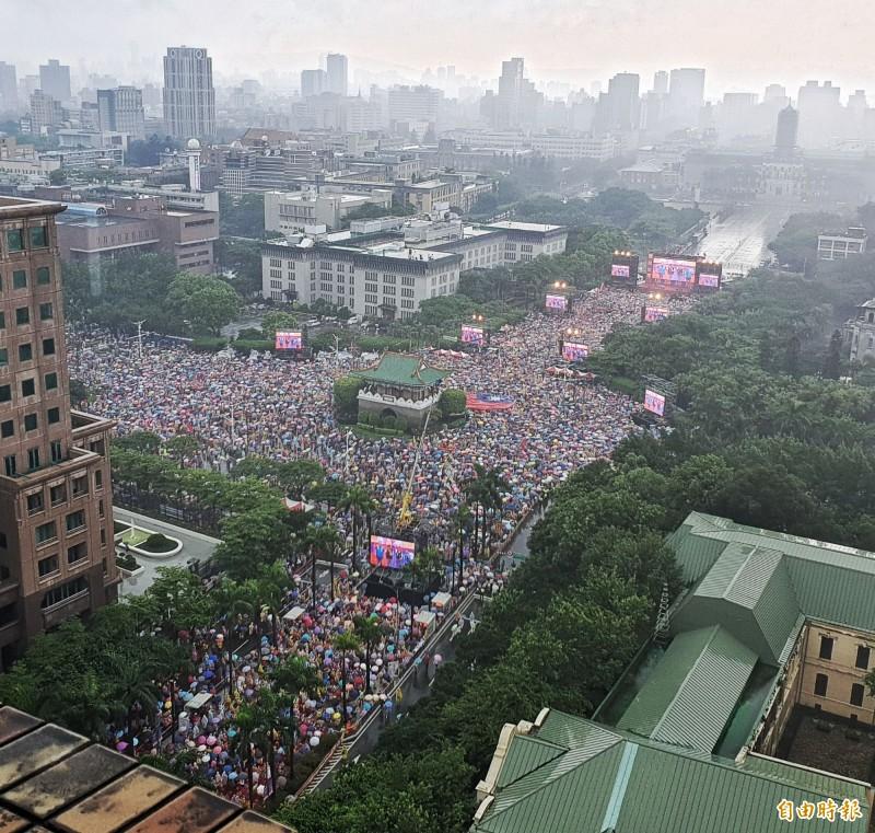力挺高雄市長韓國瑜選總統的誓師造勢大會今天登場,主持人4點22分即宣稱現場已達30萬人,主持人稍早也宣布,6月8日要加開花蓮場,呼籲大家不見不散、風雨無阻。(記者陳志曲攝)