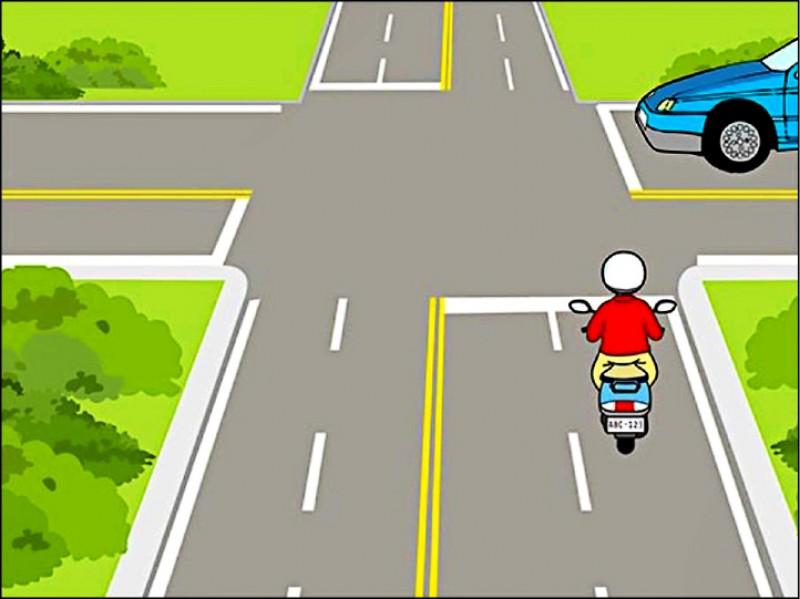 「機車行經無號誌十字路口前,右前方有汽車該如何行駛較佳?」正確答案是騎士行至路口時應減速接近、小心通過路口,有51%考生答錯。(圖:公總提供)