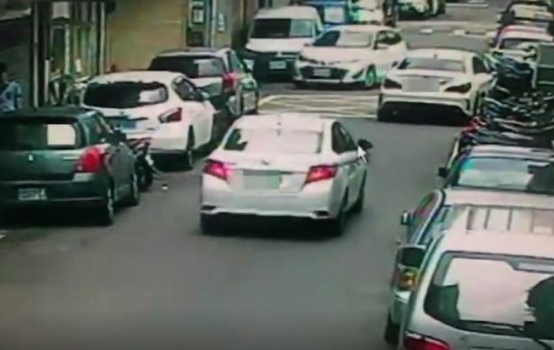 蘇男轎車遭槍手開車尾隨。(記者王冠仁翻攝)