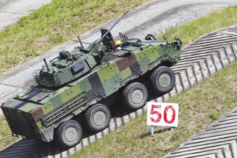 CM34雲豹甲車測試情形。(軍聞社)