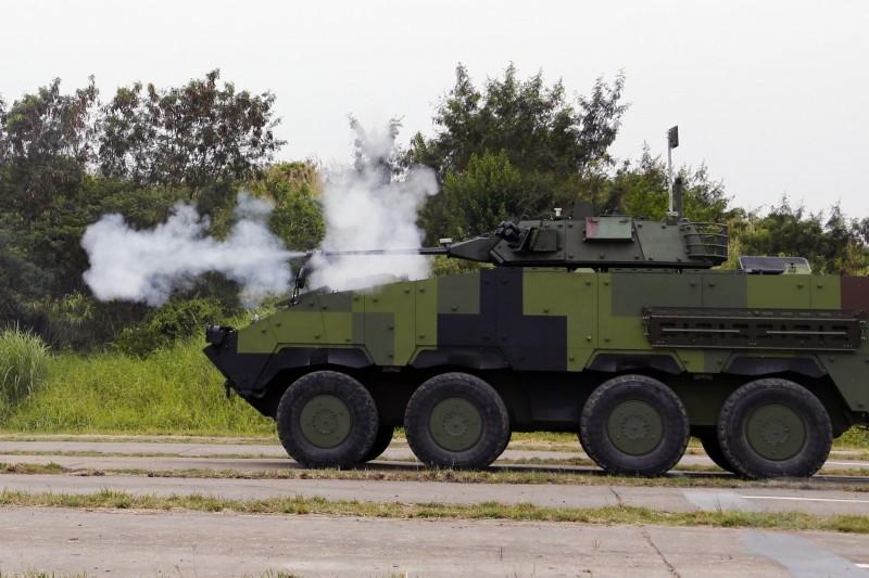 CM34甲車進行測評。(軍聞社)