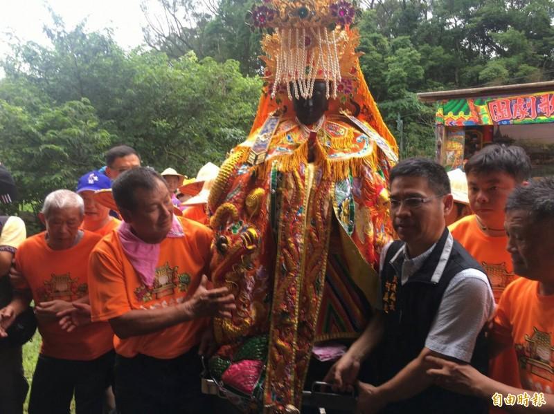 每5年一次的迎媽祖的活動從台北關渡宮迎請二媽至當地,象徵替民眾除蟲鎮煞。(記者邱書昱攝)