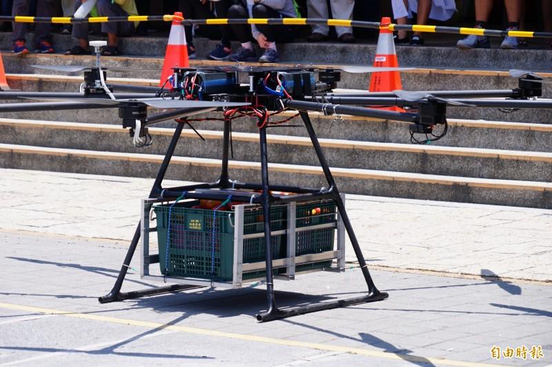 無人機載芒果經過調校後可載重到50公斤。(記者陳彥廷攝)