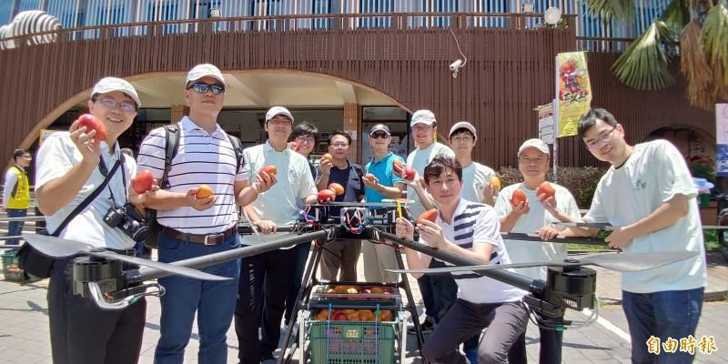 財團法人工業研究院機械所團隊所打造的農用無人機全部台灣製造、研發,也創下運送重量的紀錄。(記者陳彥廷攝)