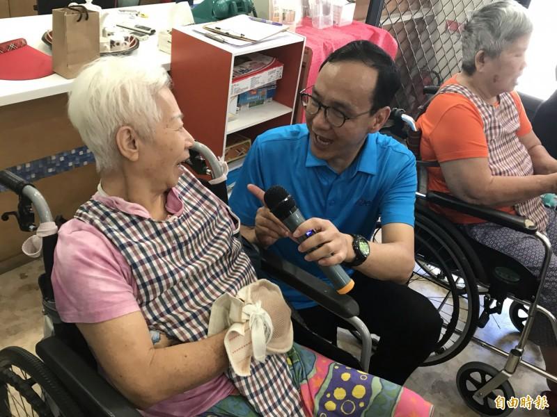 朱立倫南下高雄參訪日賀老人長期照顧中心,提前和長輩歡度端午節,也陪老人們歌唱。(記者黃良傑攝)