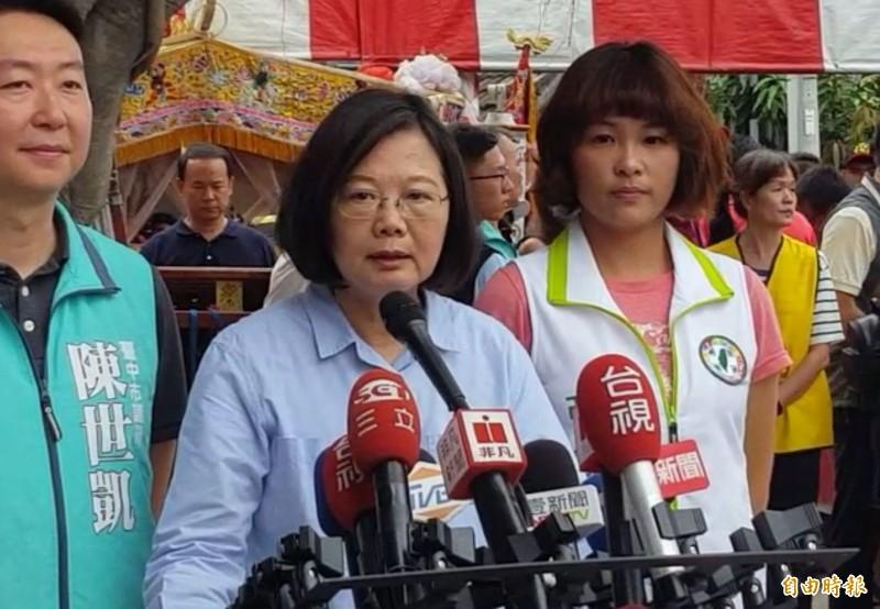 高雄市長韓國瑜表示當選要推「發財外交」,蔡英文總統(中)受訪狂酸「又發明新口號」。(記者陳建志攝)
