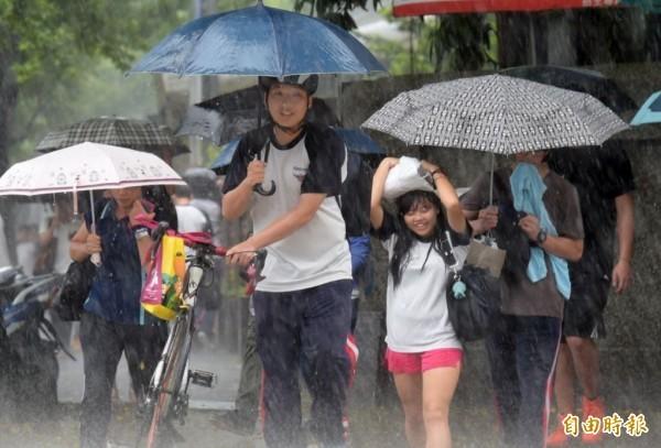 台灣目前在不穩定的暖氣團內,加上西南風及午後熱力的舉升作用,今日午後會有有「劇烈天氣」發生的機率。(資料照)