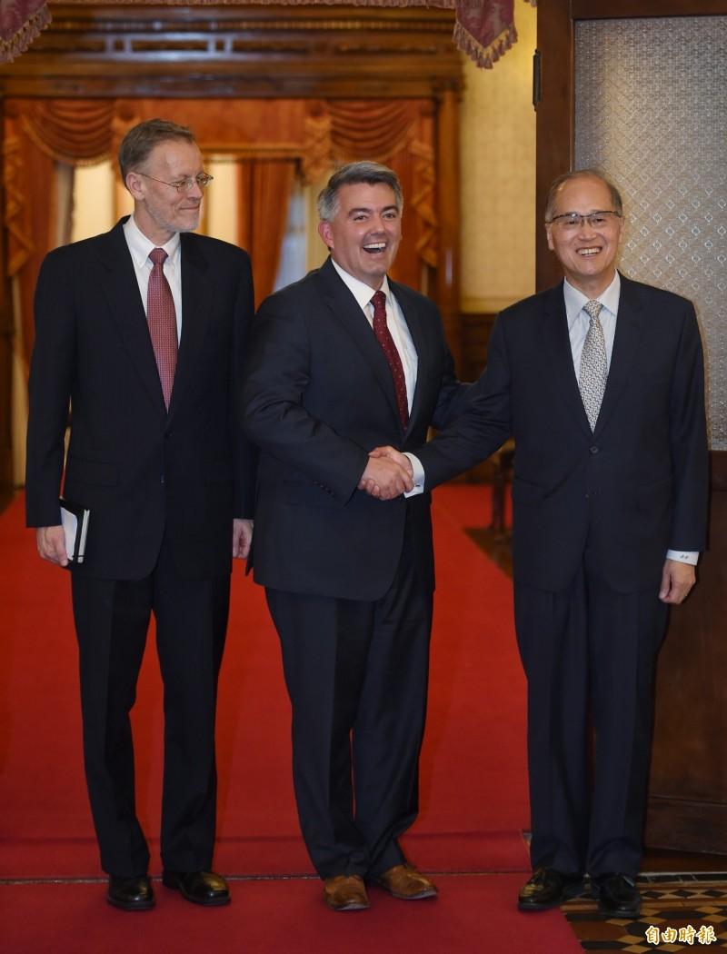 美國參議員柯瑞.賈德納(中)訪台,2日在台北賓館與國安會秘書長李大維(右)、美國在台協會處長酈英傑(左)會談,並在會後舉辦記者會。(記者劉信德攝)