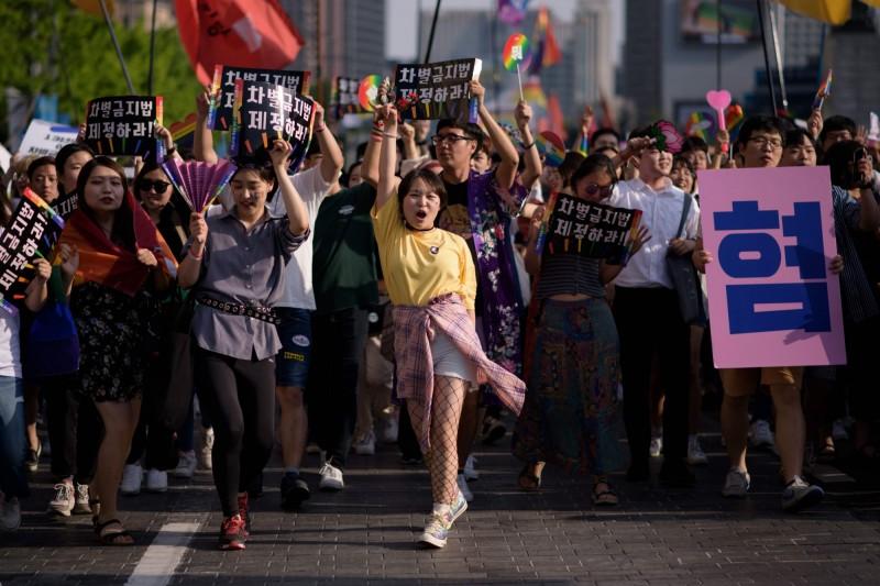 南韓首爾昨天舉行同志大遊行,逾7萬人上街表支持。(法新社)