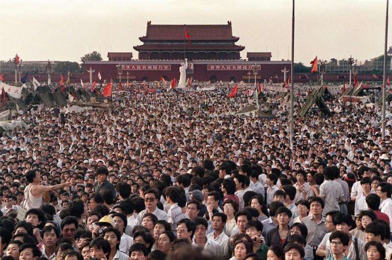 中國六四天安門事件今年滿30週年,當局在相關地區加強保安,北京地鐵2日晚間宣布,1號線木樨地站3個出口3日10時起封閉,遭網友嘲諷「此地無銀三百兩」。圖攝於1989年6月2日中國北京天安門廣場。(法新社)