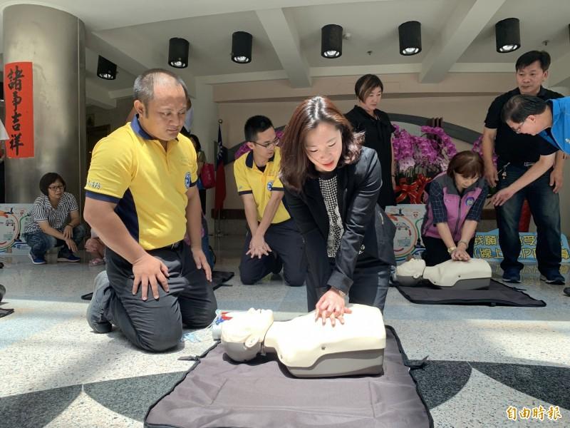學過心肺復甦術(CPR)的民眾,對練習人偶「安妮」應該不陌生。(資料照,記者張存薇攝)