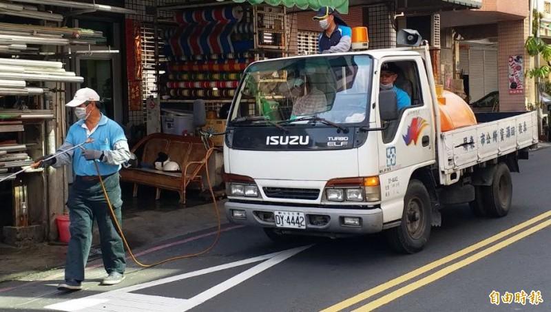 屏東市採取長期預防登革熱的做法,全市排定時間清理消毒。(記者葉永騫攝)