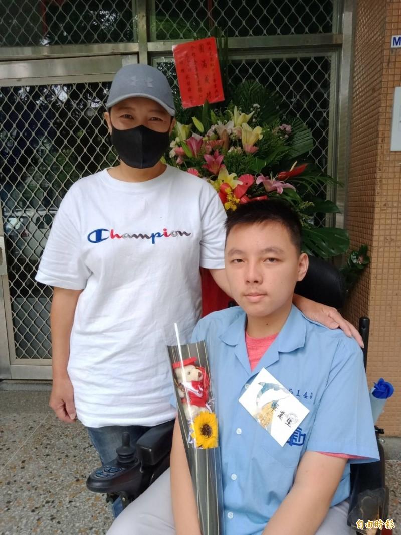 3年都由母親陪上學的腦麻生吳尚昆(右)完成高中學業將成大學新鮮人。(記者廖淑玲攝)
