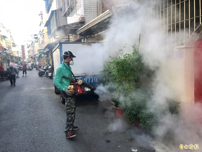 高市府針對登革熱區進行全面噴藥消毒。(記者洪臣宏攝)