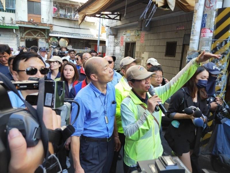 高雄市三民區鼎金里爆登革熱,市長韓國瑜視察隔壁鼎強里遭批「沒看到重點」。(衛生局提供)