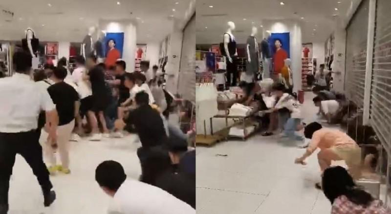 中國「UNIQLO」店家開賣限量聯名商品,大量中國網友等不及店開門就鑽入。(圖擷取自微博)