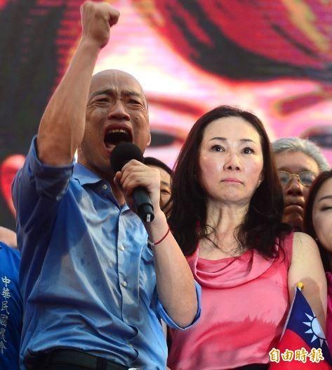 高雄市長韓國瑜(左)1日出席凱道「決戰2020,贏回台灣」全國團結造勢大會 ,韓國瑜表示,願意承擔重任,為中華民國不惜粉身碎骨。右為韓國瑜太太李佳芬。(資料照)