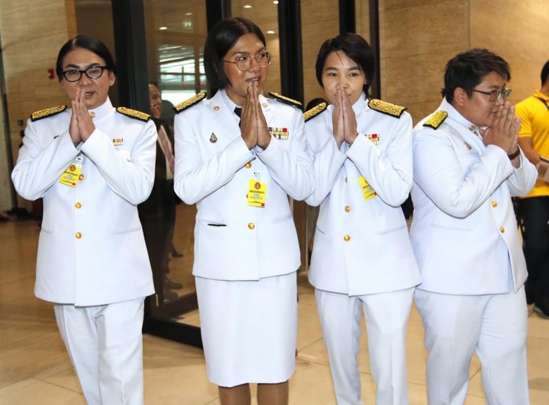 泰國4名公開跨性別議員上個月(5)出席國會開幕儀式,由左至右為卡莫王瓦(Tunyawaj Kamolwongwat)、薩克哈琵斯(Tanwarin Sukkhapisit)、克沙塔西(Nateepat Kulsetthasith)、塔奇(Kawinnath Takey)。(歐新社)