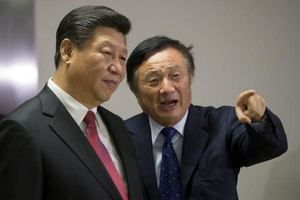 任正非(右)坦言,4萬名海外員工不願回到中國,原因是要拋棄的東西實在太多了。左為中共總書記習近平。(路透資料照)