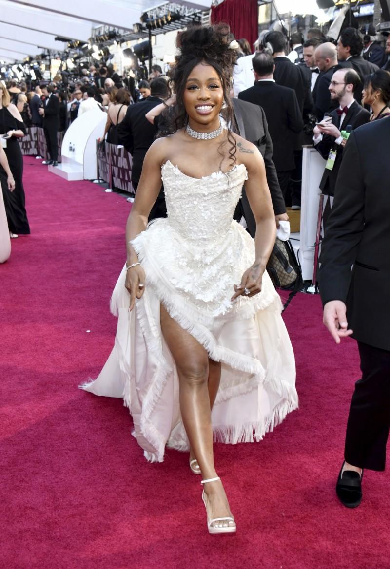 曾獲多項葛萊美獎提名的R&B歌手SZA去化妝品連鎖店絲芙蘭購物,怎知店員怕她偷竊竟叫來保安,事情發酵後絲芙蘭宣布5日將關閉全美商店進行員工培訓。(美聯社)