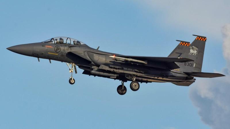 一架酷航客機2日遭炸彈恐嚇,新加坡空軍出動2架F-15SG戰鬥機護航,所幸是虛驚一場。圖為F-15SG戰機。(圖擷取自臉書_Ng Eng Hen)