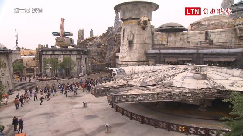 仿電影打造的千年鷹號座落在園區。(迪士尼授權)