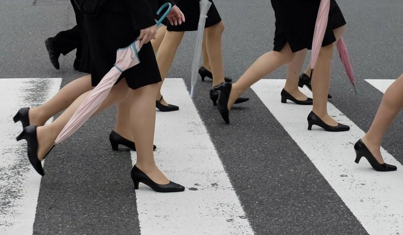 日本寫真女星石川優實發起拒絕「被穿」高跟鞋運動「#KuToo」,獲得近2萬人支持,她今(3)日向政府提交了連署請願書,要求當局頒布相關禁令。(歐新社)