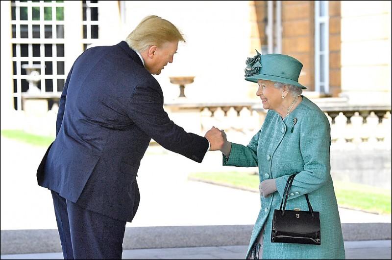 美國總統川普三日抵達倫敦,展開為期三天的國是訪問,在白金漢宮會見英國女王伊莉莎白二世。(路透)