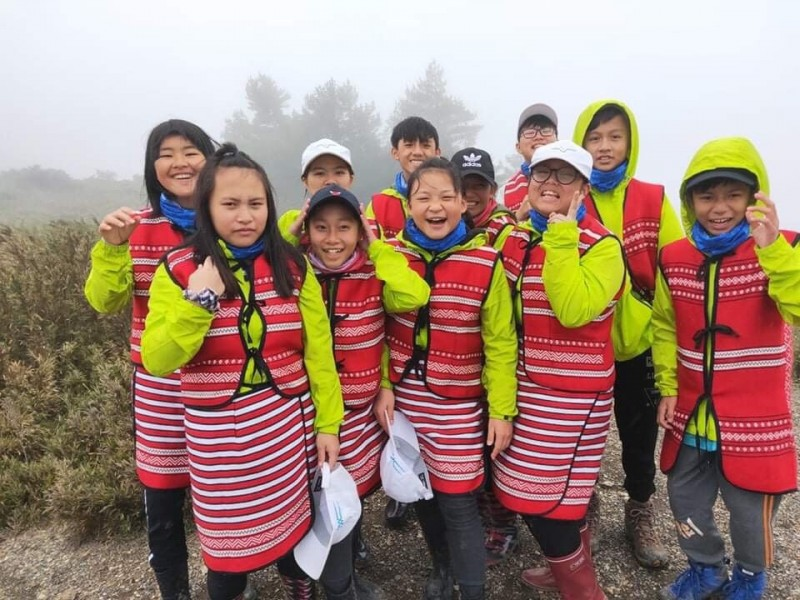 賽夏族的孩子們頂著低溫朝向族人「聖山」前進。(記者鄭名翔翻攝)