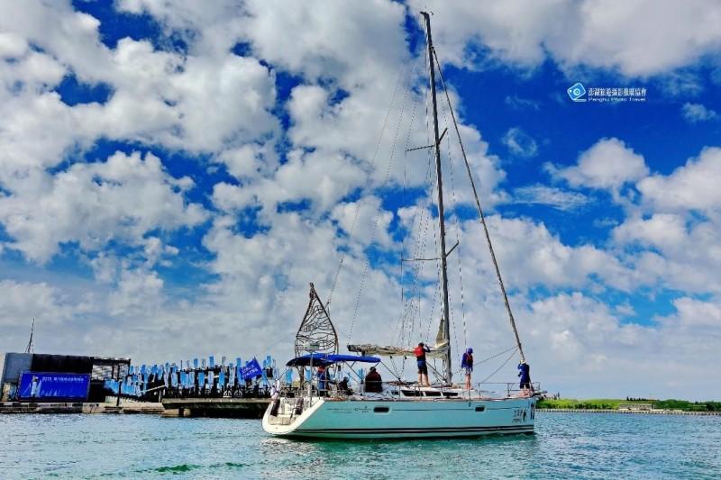 睽違四年舉辦的海峽盃帆船賽,有二十艘帆船參賽。(澎湖旅遊攝影推廣協會提供)