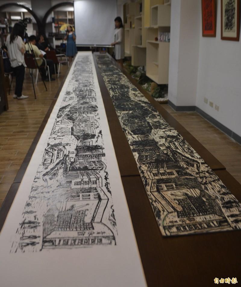 勤益科大羅啟倫、劉任翔、羅以嬛、曾翊晴等4人,創作出長達7公尺,全台學生未拼接最大件的版畫作品,今天送給學校永久收藏。(記者陳建志攝)