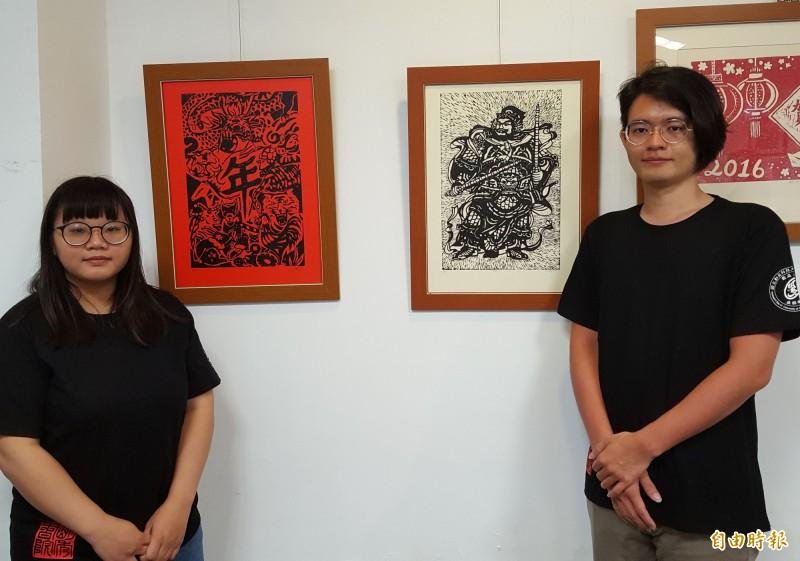 勤益科大劉任翔(右)、曾翊晴(左)選讀「工藝欣賞與創作」,創作出精美的版畫作品,並合力創作出「勤益綿長」作品。(記者陳建志攝)