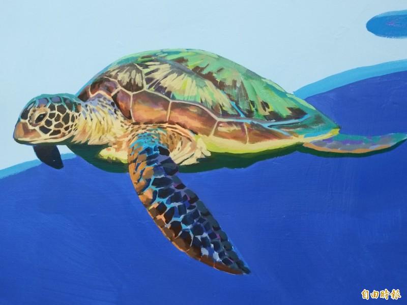 畫家許景翔用心地為世光教養院的廊道牆壁創作,光一隻海龜就花費多時彩繪。(記者廖雪茹攝)