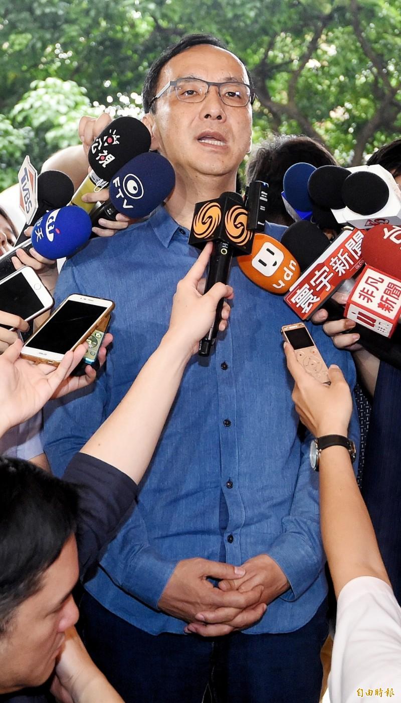 高雄市長韓國瑜在6月1日造勢活動上提到願為中華民國「粉身碎骨」,鴻海董事長郭台銘則加上「死而後已」,前新北市長朱立倫今受訪時則說,「韓市長不需要粉身碎骨」、「郭董也不要死而後已」。(記者朱沛雄攝)
