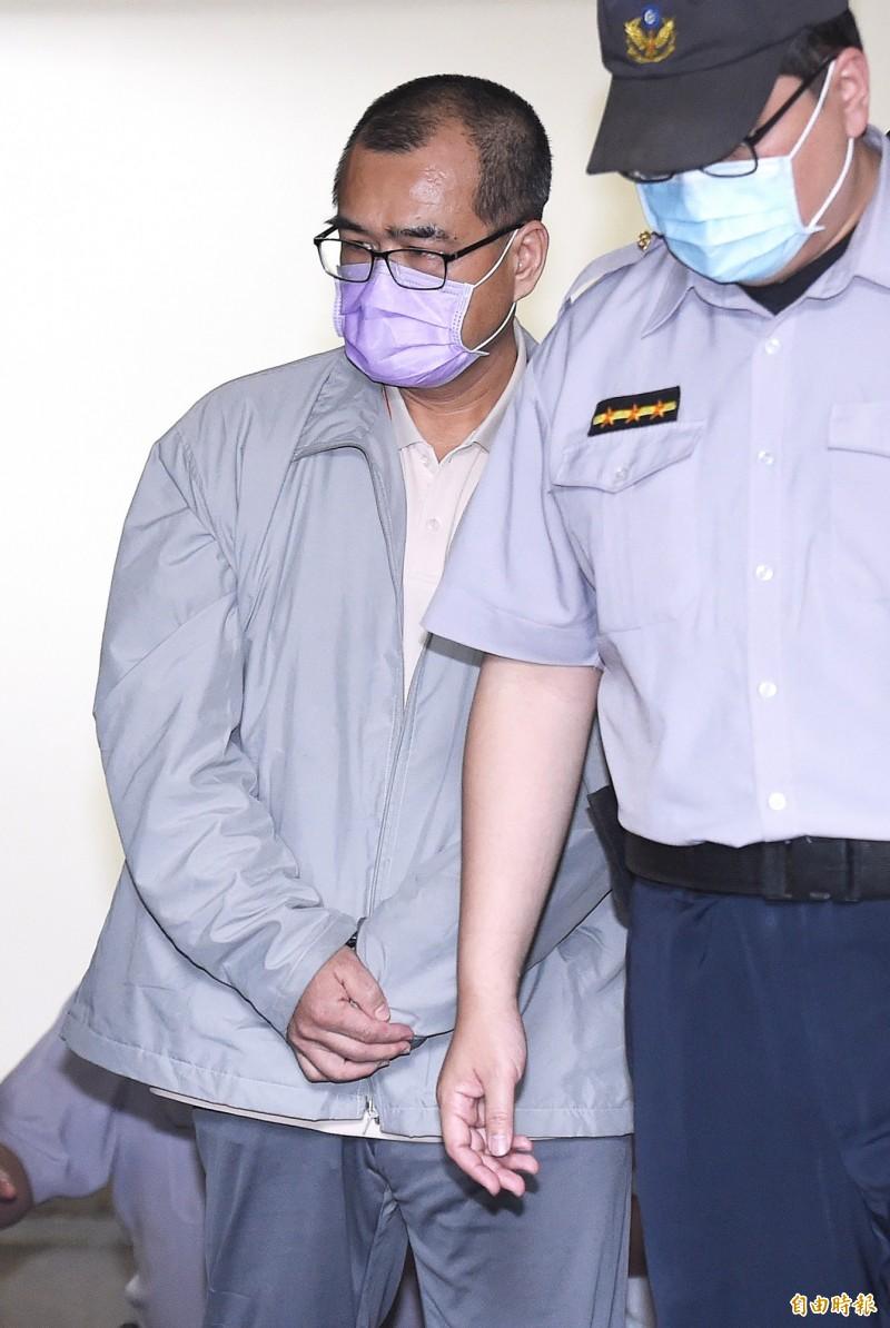 台灣高等法院更一審4日開庭審理前行政院秘書長林益世被控收賄6300萬案,入監服刑中的林益世在法警戒護下到庭應訊。(記者廖振輝攝)