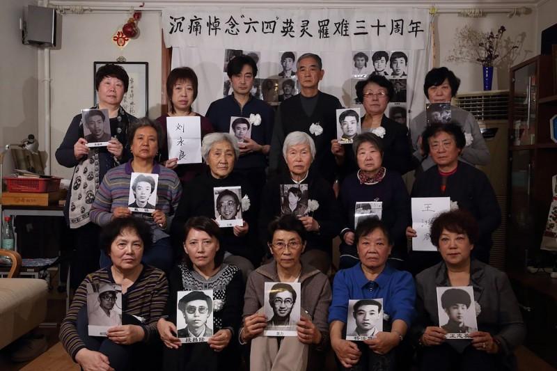 六四事件30週年,有10多位「天安門母親」們,今天前往北京萬安公墓祭拜,並宣讀悼詞。然而,這場祭拜卻是在公安人員的嚴密監視及引導下進行,圖為「天安門母親」部分成員在5月29日時的合影。(法新社)