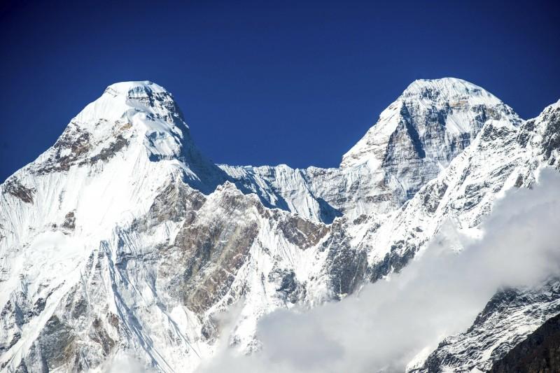 印度第2高峰楠達德維山東峰(Nanda Devi East)近日發生山難,據信有8名登山客死亡,當地官員週二(4日)表示,該登山隊擅自改變登山計畫,「故意冒著生命危險」。圖為楠達德維山的2座山峰。(美聯社)