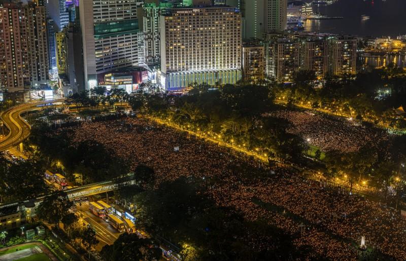 六四天安門屠殺事件30週年,香港舉行紀念活動,估計有18萬人湧入,而在6月9日另外將舉辦「守護香港反送中大遊行」,民進黨則在今天發表聲明,公開聲援「反送中條例」。(彭博)