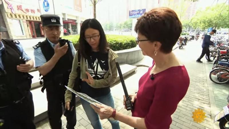 美國CBS記者拿「坦克人」街訪北京路人,遭中國警方逮捕拘留6小時。(圖翻攝自CBS Sunday Morning)