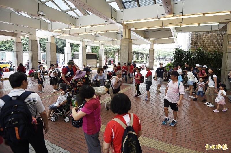 本月1日凱道造勢大會因現場雨勢過大,不少韓粉湧入台大醫院避雨。(記者陳志曲攝)