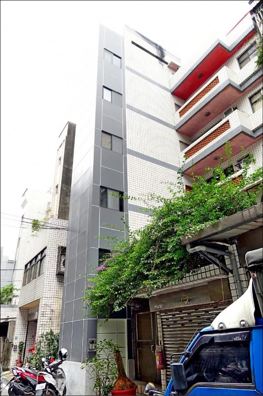 新北市政府推出老舊公寓增設電梯「特快車」方案,盼提高民眾申請誘因。圖為施工中的蘆洲光華段。(都更處提供)