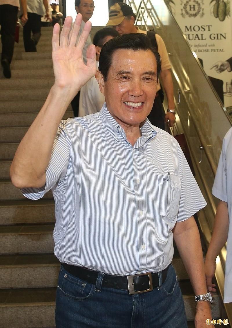前總統馬英九今早搭機前往新加坡參加「第34屆新加坡書展」,並參加簽書會,對於國民黨內有意角逐總統選舉的人才濟濟時表示,他說「我們密切在觀察中」。(記者姚介修攝)