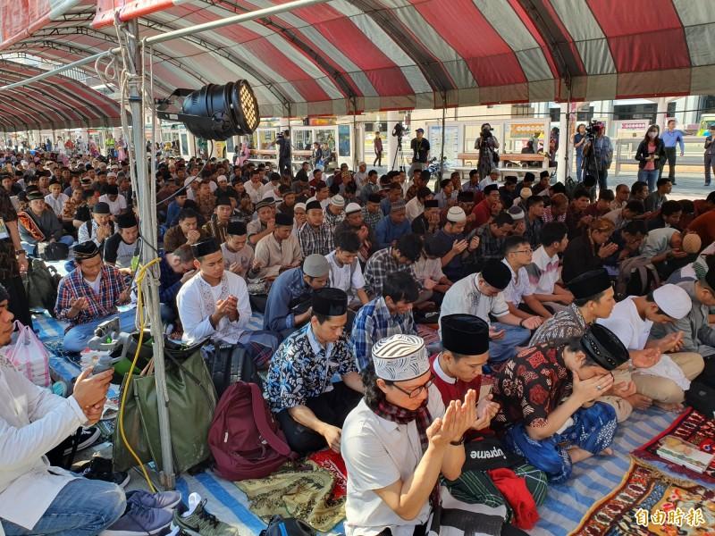 伊斯蘭齋戒月結束,穆斯林今早齊聚行旅廣場慶祝開齋節。(記者林家宇攝)