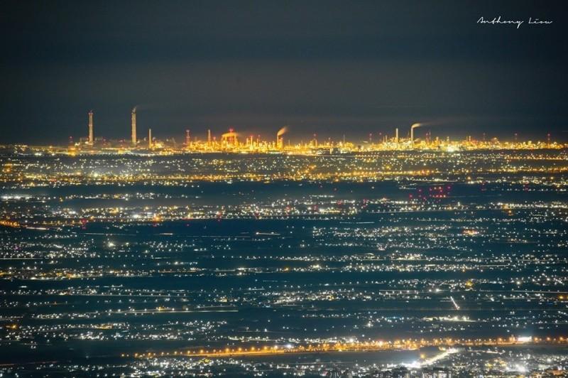 從阿里山公路二延平步道觀景平台夜拍的美景。(「路易士」提供)